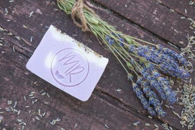 Jak zrobić domowy kosmetyk z własnych kwiatów?